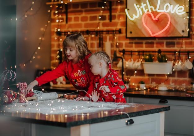 Irmãs mais novas fazendo biscoitos de natal