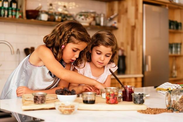 Irmãs mais novas preparando biscoitos. conceito de chef infantil.