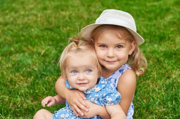 Irmãs no parque, duas meninas em um piquenique de verão