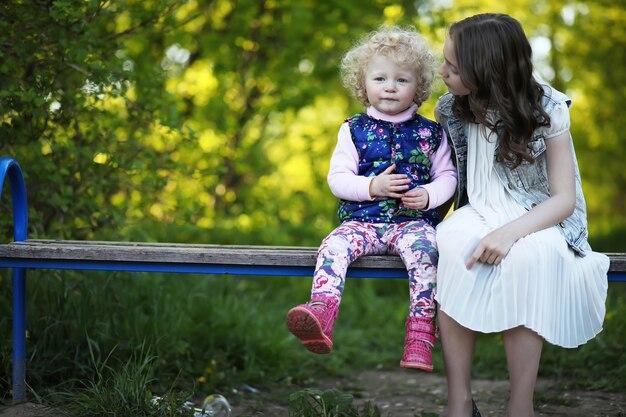Irmãs no parque na noite de um dia ensolarado de primavera