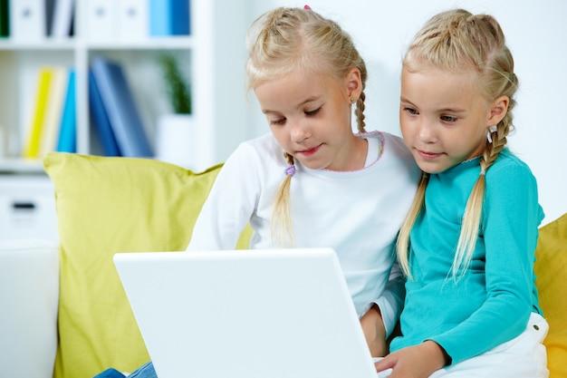 Irmãs que usam o portátil