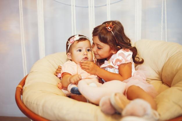 Irmãs se sentar na cadeira