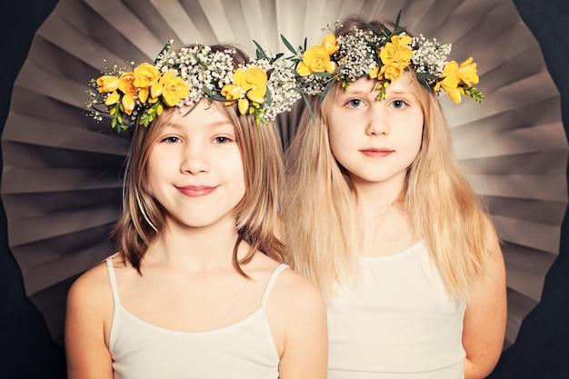 Irmãs sorridentes, retrato com flores