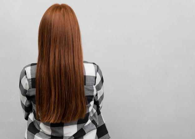 Irreconhecível mulher com cabelo comprido