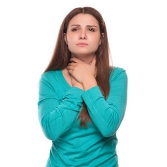 Irreconhecível mulher mantém sua garganta, dor de garganta