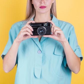 Irreconhecível mulher segurando a câmera