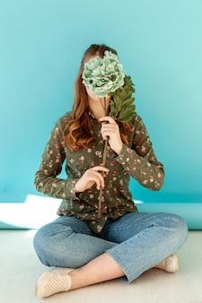 Irreconhecível senhora segurando flor