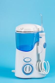 Irrigador de dentes eletrônico para uso doméstico pessoal em fundo azul