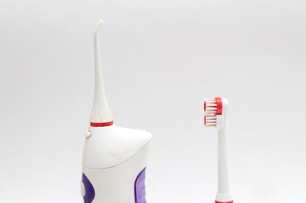 Irrigador oral e escova de dentes elétrica
