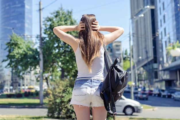 Irritado, cansado, irritado, exausto, pessoas vivendo no conceito de megapolis. atrás das costas, close-up, vista, foto, retrato, de, chorando, triste, triste, chateada, senhora, fechando, ouvidos