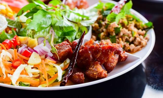 Isan comida da tailândia um guisado de carne de porco
