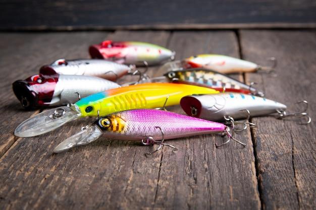 Iscas de pesca balançando em uma mesa de madeira