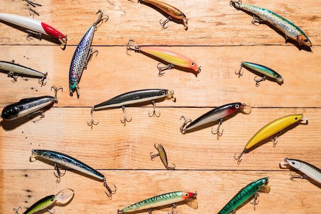 Iscas de pesca coloridos na mesa de madeira