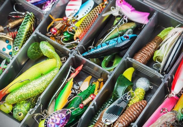 Iscas de pesca e acessórios na caixa