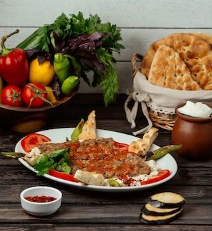 Iskander doner no pão com katig na mesa