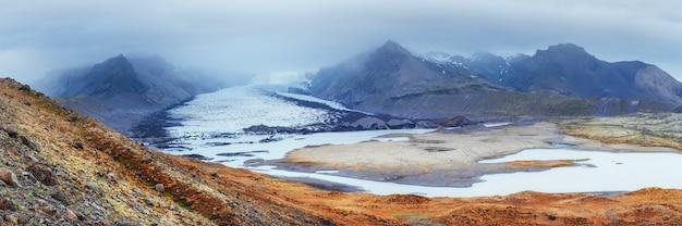 Islândia. montanhas rochosas e rio entre eles