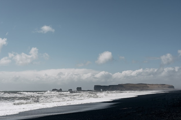 Islândia paisagem famosa praia de areia preta em vik island