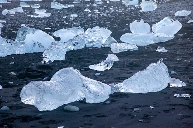 Islândia, praia dos diamantes - 4 de janeiro de 2018, a famosa praia da islândia com gelo que parece diamantes