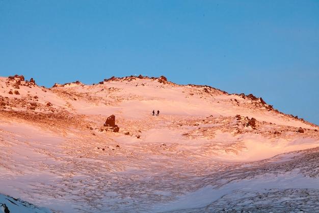 Islândia. vale de vapor de reykjadalur perto de reykjavik, na islândia, com colinas cobertas de branco durante o inverno