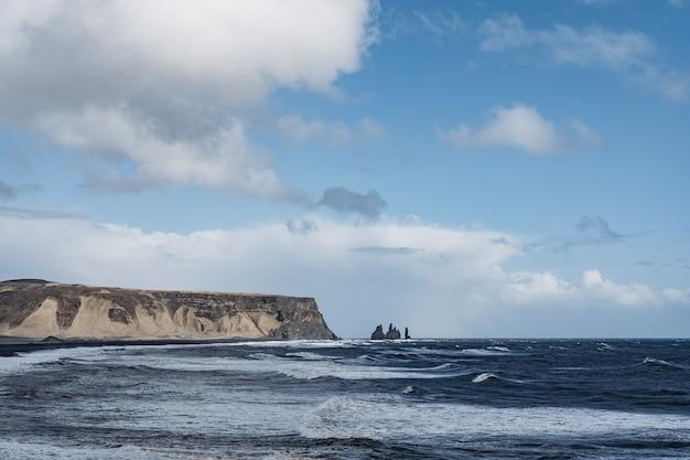 Islândia vik costa sul praia vulcânica negra com ondas e montanhas