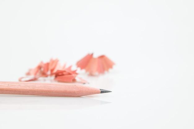 Isolado afie o lápis no branco.