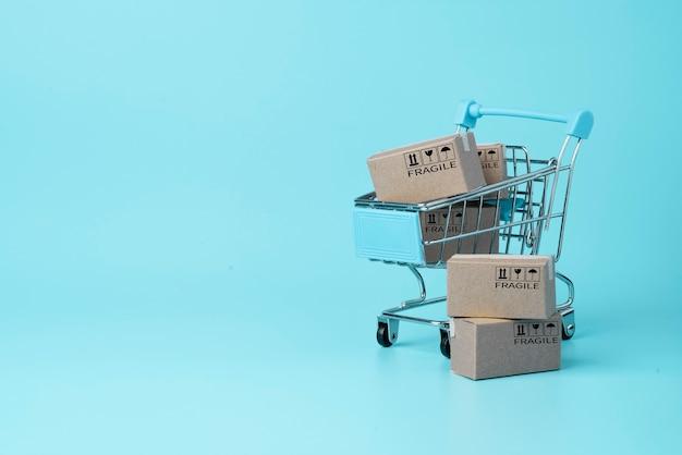 Isolado de fundo azul de caixas de papel de transporte e espaço de cópia, compras on-line e conceito de e-commerce.