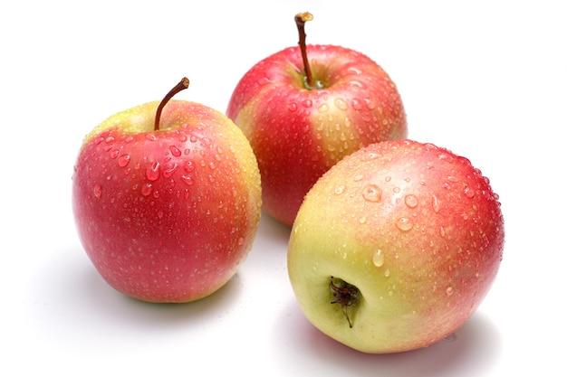Isolado de linda maçã vermelha em um fundo branco.