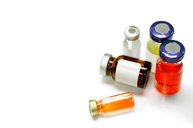 Isolado de vacinas e injeções em frascos de vários tamanhos