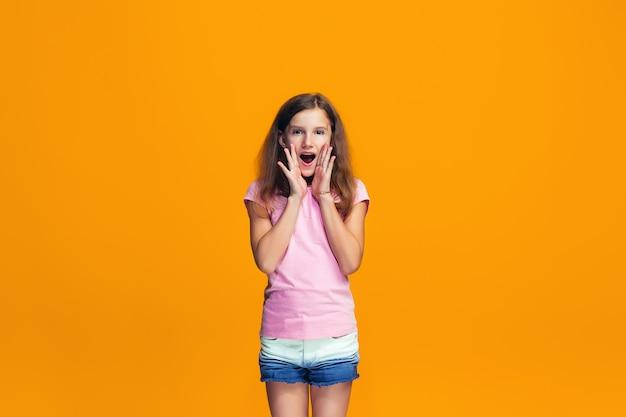 Isolado em amarelo casual jovem menina adolescente gritando