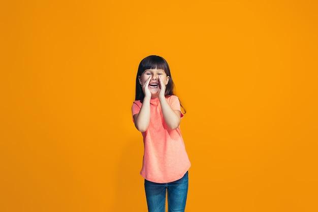Isolado em uma jovem adolescente casual rosa gritando no estúdio