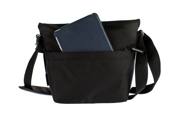 Isolado estúdio tiro de closeup de novo pequeno casual moderno moderno urbano elegante tecido mulher negra com zíper bolsa com alça longa e tablet touch screen dentro na frente do fundo branco.