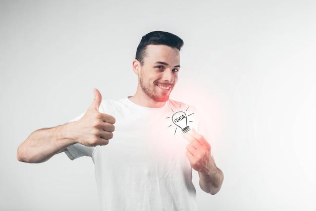 Isolado no wallman branco na camisa branca segurando uma lâmpada. idéia de conceito.