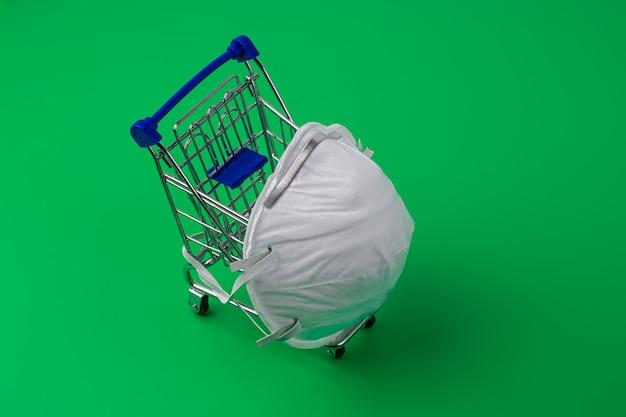 Isolamento de máscara médica. proteção do trato respiratório contra vírus, influenza e coronavírus. covid-19. conceito de compras