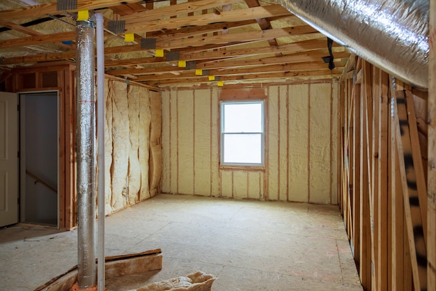 Isolamento do loft attick parede parcialmente isolada