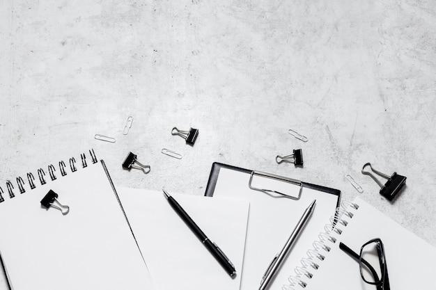 Isolamento e trabalho do conceito de casa flatlay. lápis, bloco de notas, tesoura de régua e clipes de papel. top vista horizontal copyspace volta ao conceito de escola