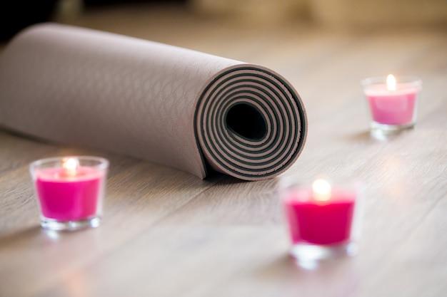 Isolamento para a ioga com velas Foto Premium