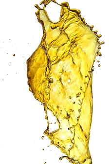 Isolar respingos de água dourada respingos de cerveja em um fundo branco