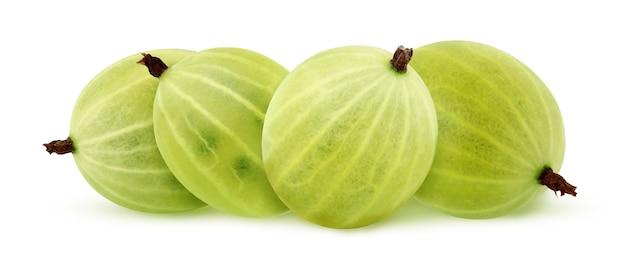 Isole a groselha verde. pilha de frutos maduros inteiros, isolados em um fundo branco com traçado de recorte.