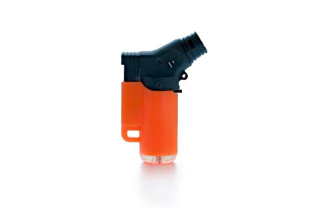 Isqueiro a gás preto e laranja, isolado em um fundo branco. unilite. queimador turbo mais leve