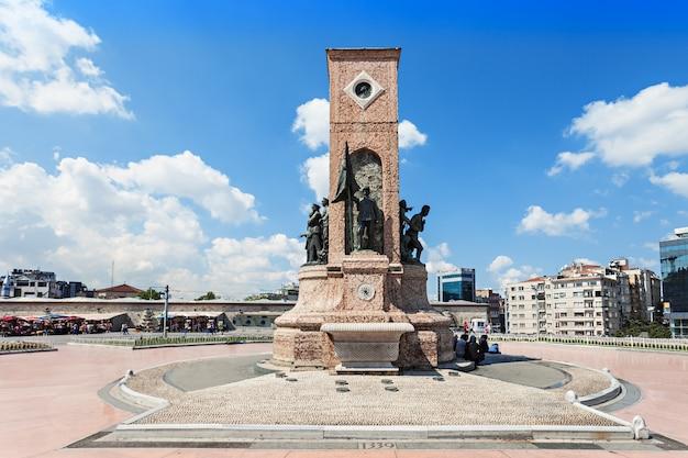 Istambul, turquia - 9 de setembro de 2014: monumento na praça taksim em 9 de setembro de 2014 em istambul, turquia.