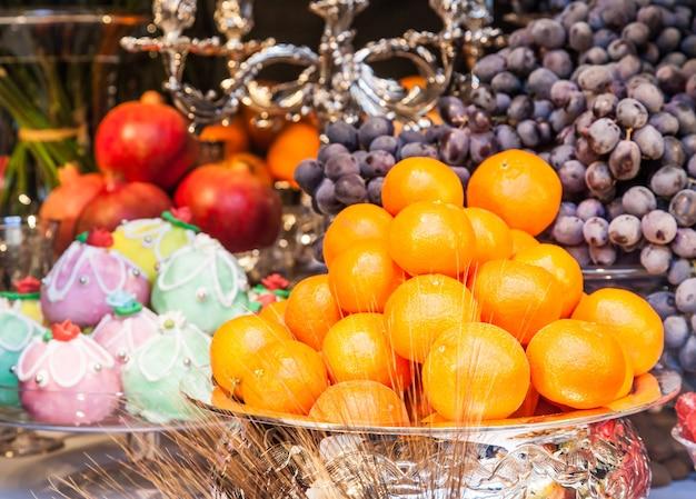 Itália. arranjo de mesa de luxo com frutas da estação e doces tradicionais da sicília.