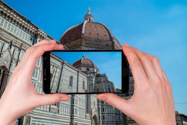 Itália florence cathedral no do céu azul. turista tira uma foto