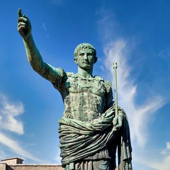Itália, roma. estátua em uma rua pública do imperador romano gaius julius caesar. conceito de autoridade, dominação, liderança e orientação.