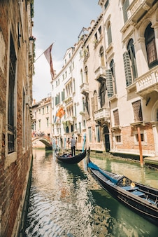 Itália, veneza - 25 de maio de 2019: pessoas na gôndola fazendo um tour pelas férias de verão no canal