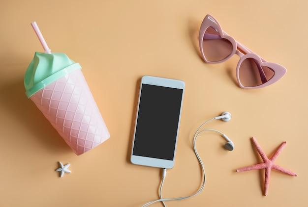 Itens de acessórios femininos em cores de fundo com smartphone