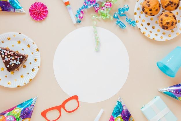 Itens de aniversário colorido em torno do círculo vazio branco