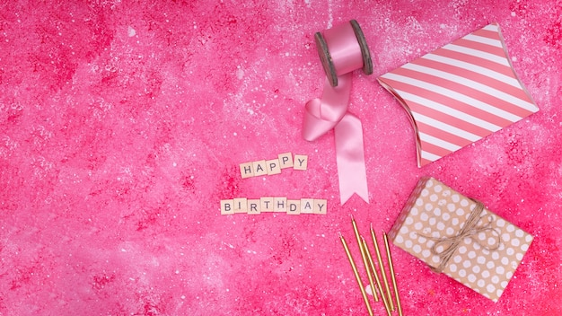 Itens de aniversário rosa com espaço de cópia
