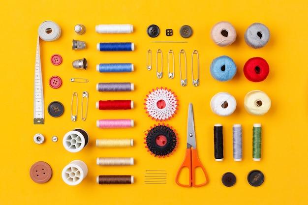 Itens de costura organizados de forma organizada