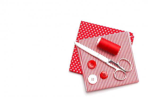 Itens de costura vermelha