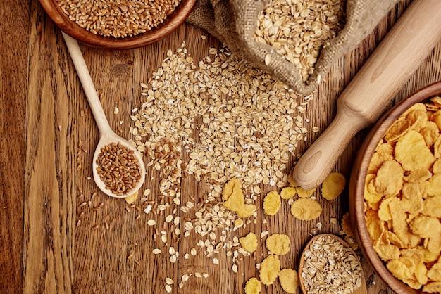 Itens de cozinha de madeira, ingredientes naturais de muesli